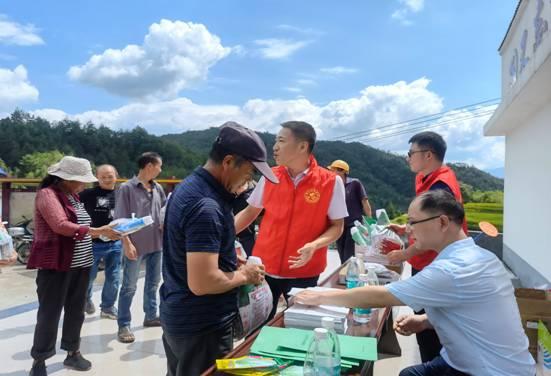9月13日,市科技局组织科技人员到桂东盆洞村开展科技下乡活动,给当地农户答疑解惑-3