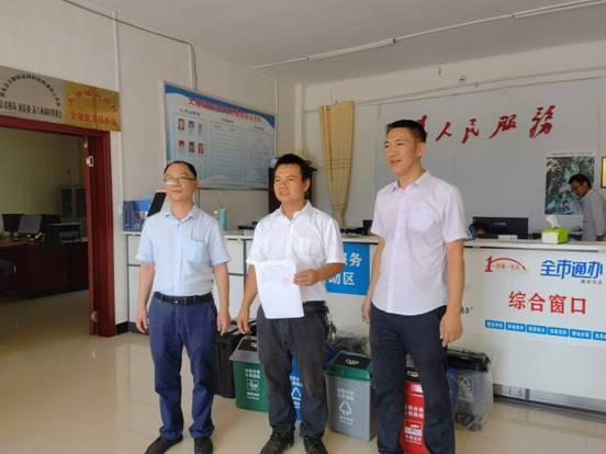 9月13日,市科技局组织科技人员到桂东盆洞村开展科技下乡活动,给村部送去防疫物资和垃圾分类器具。