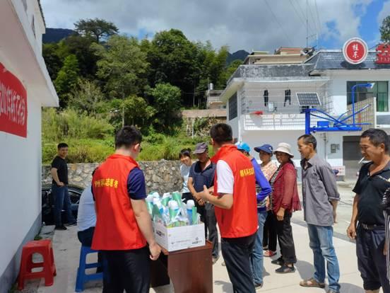 9月13日,市科技局组织科技人员到桂东盆洞村开展科技下乡活动,给当地五保农户发放了数千元的农资物品和科技资料-3